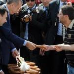 Halk açlıktan kıvranıyor Başbakan kalkmış çay simit hesabı yapıyor