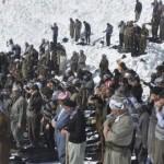 Hakkari'de çığ altında kalanları arayan halk kar üzerinde cuma namazı kıldı