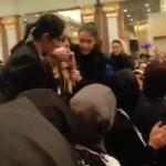Video – Bakan'a soru sormak isteyen kadın ağzı kapatılarak dışarı çıkarıldı
