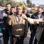 Şanlıurfa Su ve Kanalizasyon İşleri Müdürlüğü'nde çalışan işçiler iş bırakma eylemi yapıyorlar