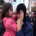 Yılbaşında işine son verilen babanın gözyaşlarını beş yaşındaki kızı sildi