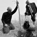 Kör adam ile kolsuz arkadaşı 10 bin ağaç dikti