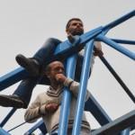 Maaşlarını alamayan işçiler, 30 metre yükseklikteki vinçte eylem yapınca paraları ödendi