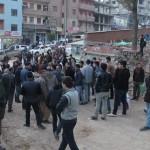 Hakkari'nin Şemdinli ilçesinde yola barikat kuran teröristleri halk kovaladı