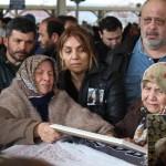 Cenazelerde hükümete öfke: Başbakanlık çelengi ters çevrildi
