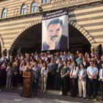 Diyarbakır'da teröristler teröristbaşı'nın fotoğrafının altında açık alanda bildiri okudu