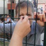 İlkokul çocuklarına OHAL bahanesiyle, tel örgüler ardında yemek eziyeti