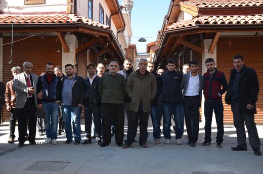 Esnaf , kepenek kapatarak belediyeyi protesto etti
